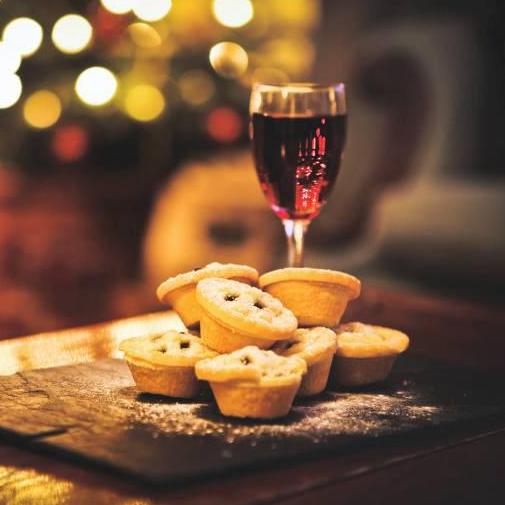 Mince-Pie-Mulled-Wine-Stock-Photo